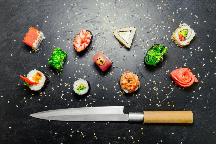 cutting sushi roll